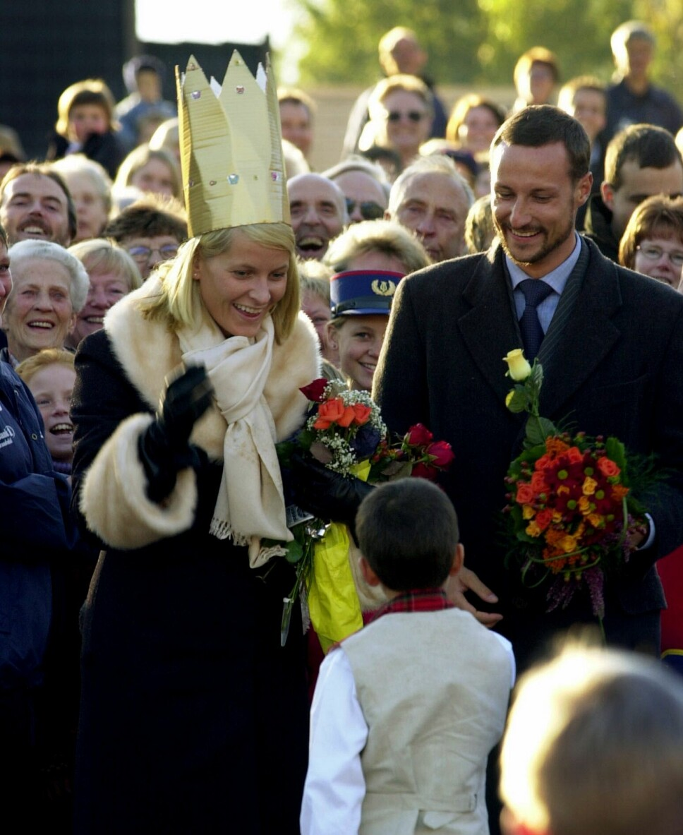 FØRSTE REISE: Kronprinsparet la i september 2001 ut på sin første offisielle Norges-reise. På ferden oppover Gudbrandsdalen var et av stoppestedene Kvam, der kronprinsesse Mette-Marit høyst uoffisielt ble kronet av 7 år gamle Jonas Bø Cassel. En ukronet kronprins Haakon fulgte seremonien.