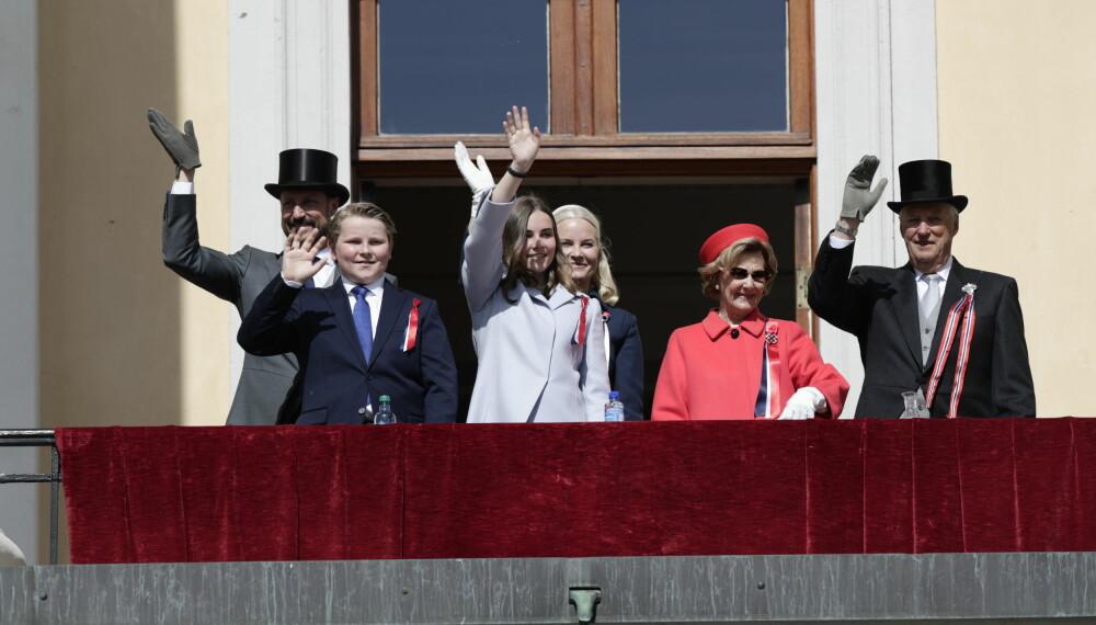 VINKER TIL FOLKET: Kongefamilien på slottsbalkongen mens barnetoget går forbi 17. mai 2019.