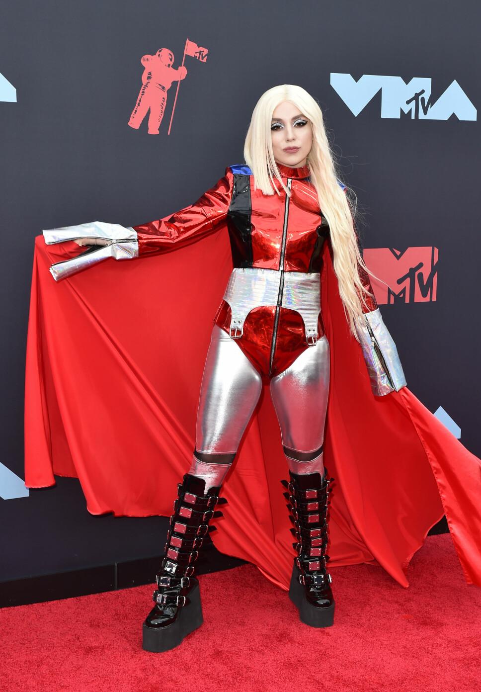 Ava Max dukket opp i et superheltlignende antrekk.