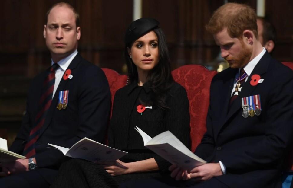 HAVNET I MIDTEN: Prins William, hertuginne Meghan og prins Harry avbildet i Westminster Abbey i London 25. april i fjor. Da var det under en måned igjen til lillebror prins Harry skulle gifte seg med sin Meghan, og storebror skal ha ment at giftermålet gikk altfor fort.