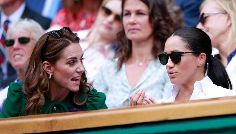 OPPRØRT: Også denne sommeren valgte Kate og Meghan å dra til Wimbledon for å se tennis sammen. Men om stemningen virket laber i fjor, var den enda dårligere i år. Her ser det ut som om Kate er opprørt eller kjefter på en litt defensiv Meghan, som har valgt å beholde solbrillene på.