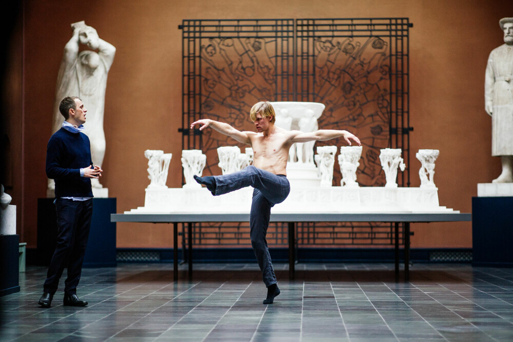 Nils Bech feirer Vigeland. Danseren på bildet er Silas Henriksen fra Nasjonalballetten.