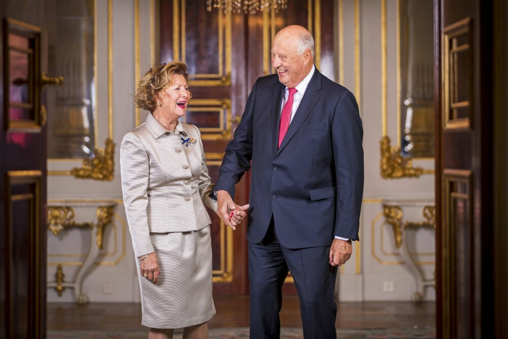HÅND I HÅND: Dronning Sonja og kong Harald har vært kjærester i 60 år. Nå feirer de sin 51. bryllupsdag.