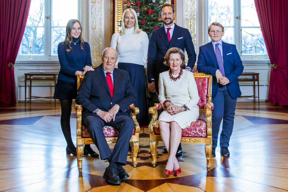 FAMILIEKOS: Fra venstre prinsesse Ingrid Alexandra, kronprinsesse Mette-Marit, kronprins Haakon og prins Sverre Magnus. Foran kong Harald og dronning Sonja.