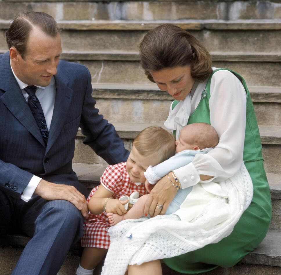 BABYLYKKE: Daværende prins Haakon får en klem av prinsesse Märtha. De stolte foreldrene kronprins Harald og kronprinsesse Sonja følger med.