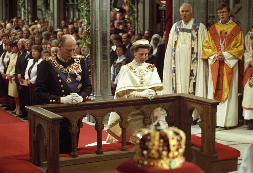 SIGNINGEN: I 28 år har Harald og Sonja vært Norges kongepar. Her kneler kongen og dronningen ved alteret i Nidarosdomen i 1991.