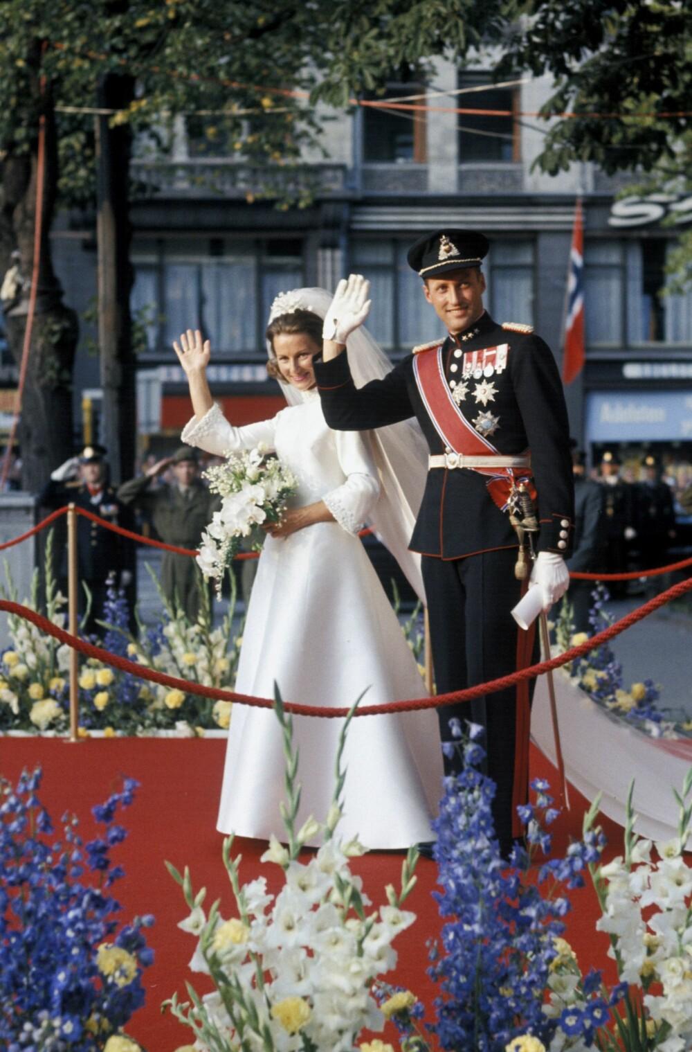 LANG VENTETID: Sonja Haraldsen og kronprins Harald måtte vente i ni lange år før de kunne gi hverandre sitt ja i Oslo domkirke i 1968.
