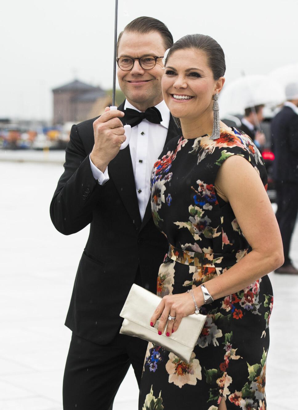 KOMMER: Prins Daniel og kronprinsesse Victoria av Sverige kommer i prinsesse Ingrid Alexandras konfirmasjon. Her er de to avbildet før festmiddagen i Operaen i anledning kongeparets 80-årsfeiring.