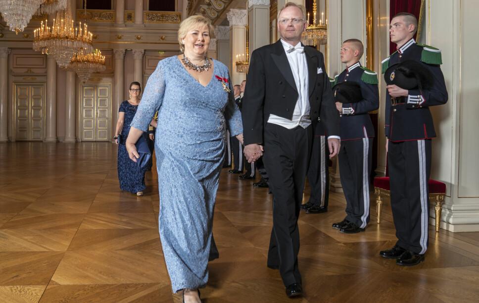 KOMMER: Statsminister Erna Solberg og ektemannen Sindre Finnes kommer i kronprinsesse Ingrid Alexandras konfirmasjon. Her er de to avbildet på slottsmiddag i juni 2019.