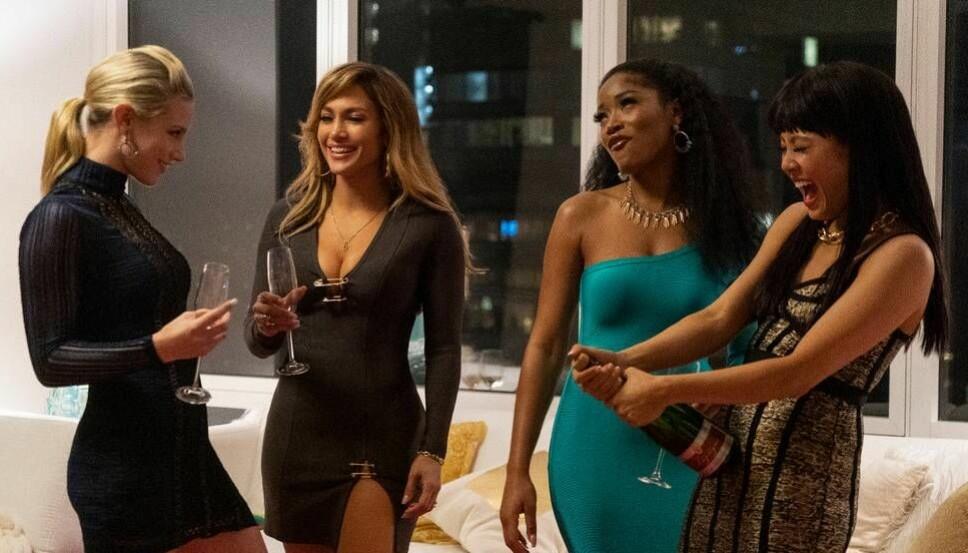 SVINDLER RIKINIGER: Lili Reinhart (f.v.), Jennifer Lopez, Keke Palmer og Constance Wu spretter sjampisen i «Hustlers».