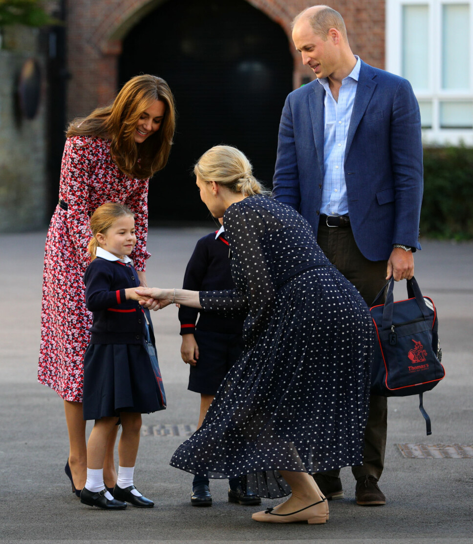 HILSER PÅ: Prinsesse Charlotte, som vil gå under navnet Charlotte Cambridge på skolen, hilser på rektor Helen Haslem første skoledag. Her sammen med mamma hertuginne Kate og pappa prins William.