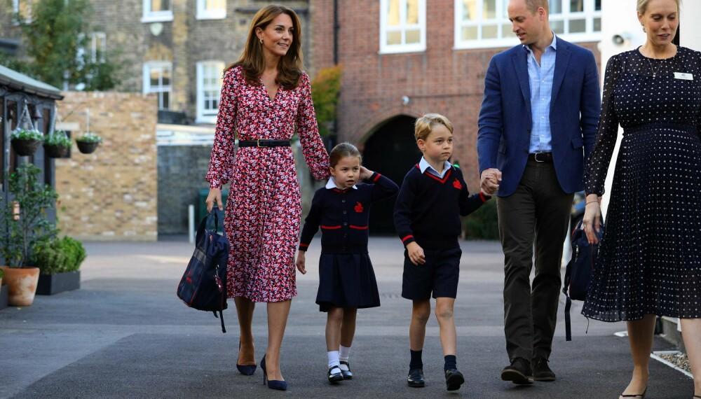 SKOLESTART: Hertuginne Kate, prinsesse Charlotte, prins George og prins William på vei til skolen.