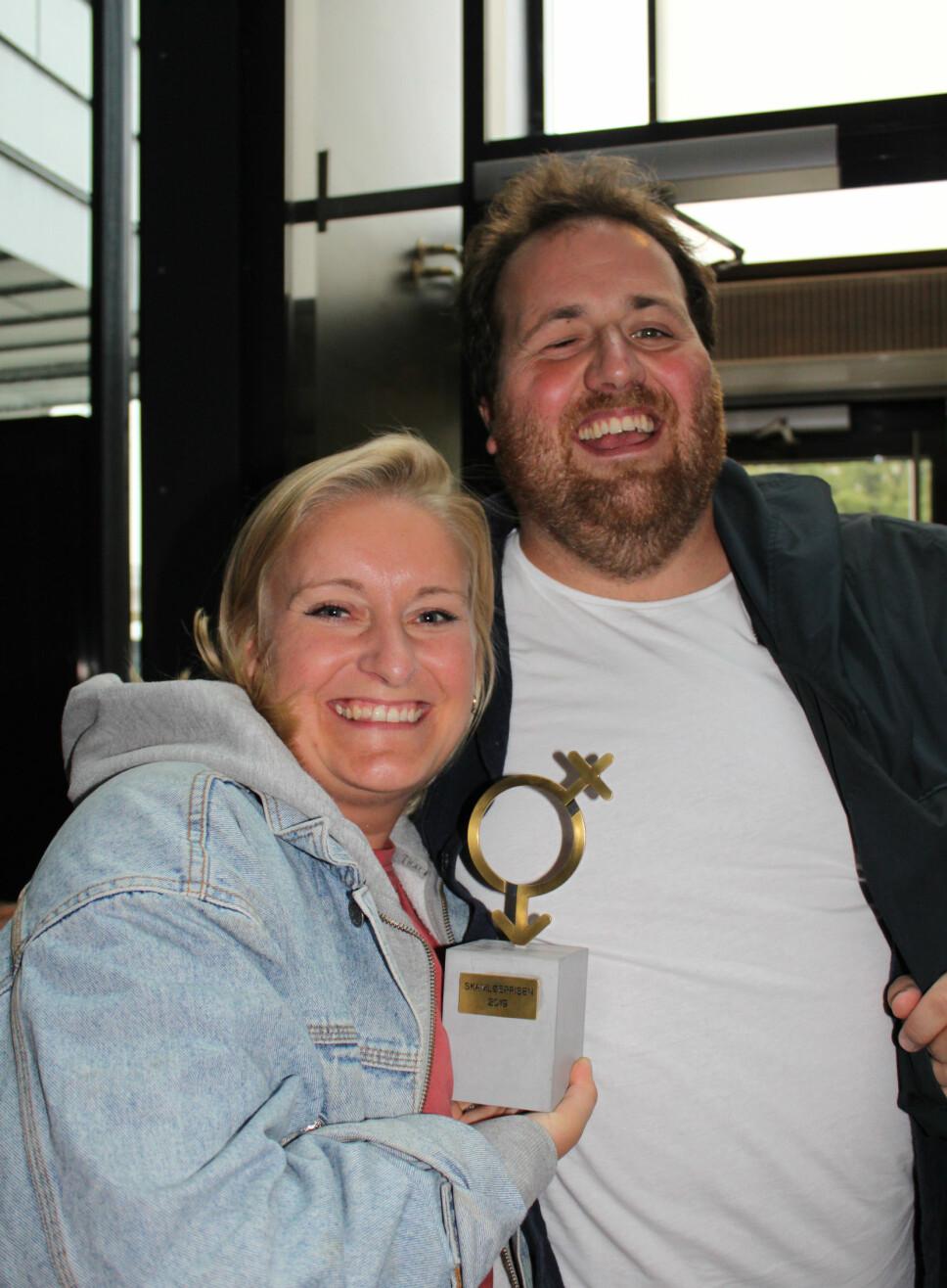 FORLOVET: Tuva Fellman vant Skamløsprisen 2019. Her avbildet sammen med forloveden og P3-programleder Ronny Brede Aase.