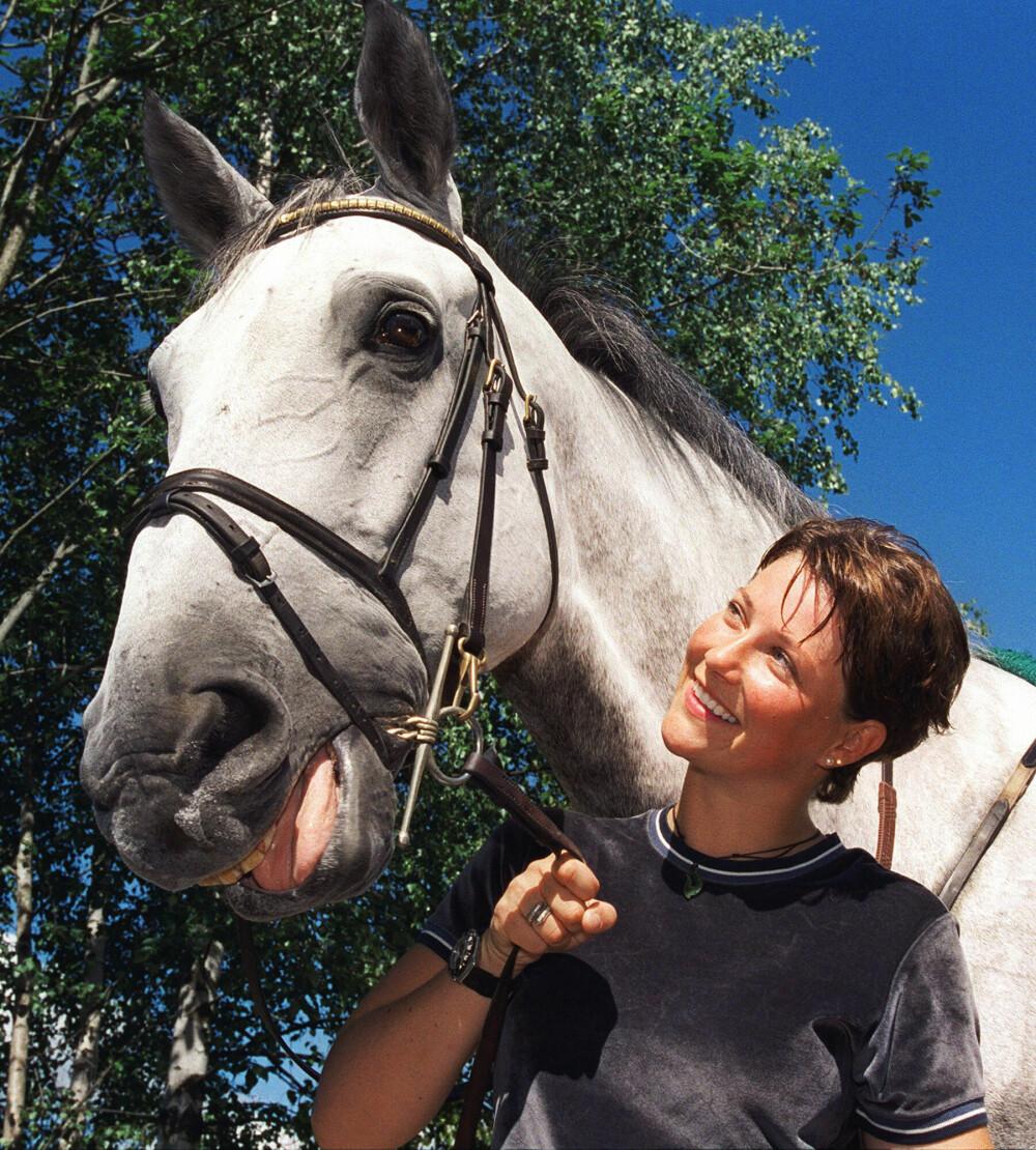 HEST ER BEST: – Hestene er ærlige, og de kunne jeg stole på, sier Märtha. Her med sin nye hest Lenaro i 1999.