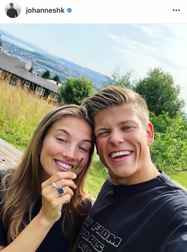 BRUN OG BLID: Høydepunktet i sommer var kanskje da Johannes Høsflot Klæbo kunne flytte inn i nyinnkjøpt hus sammen med kjæresten Pernille Døsvik. Ellers nøt paret sommerlivet på Hvaler i Østfold.