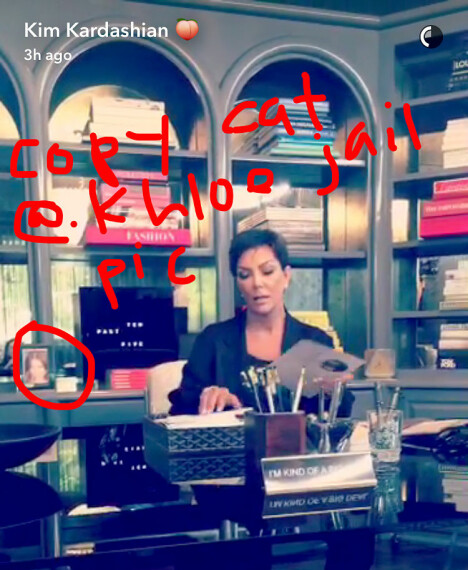 HAR MUGSHOTEN PÅ SKRIVEBORDET: Kris Jenner har datteren Khloe Kardashians mugshot på arbeidsskrivebordet sitt. Skal vi tro denne snappen som Kim Kardashian la ut i 2016, har også hun bildet innrammet i hjemmet sitt.