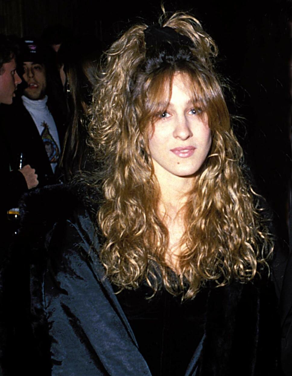 TIDLIG UTE: Sarah Jessica Parker var tidlig ute med scrunchien. Nå har den tykke hårstrikken blitt trendy nok en gang.