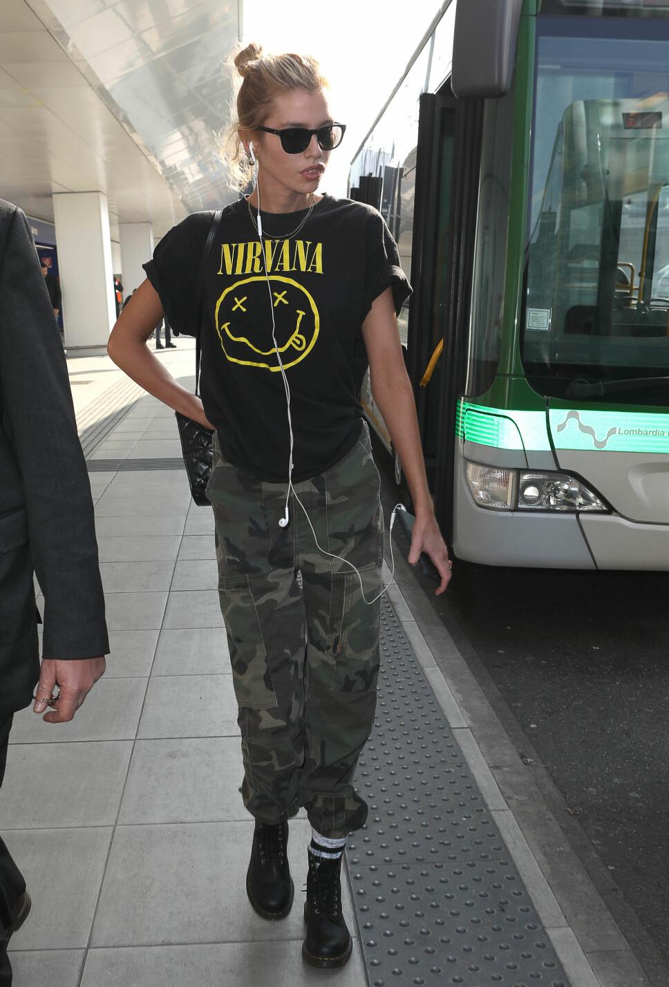 MILITÆR: Modell Stella Maxwell under moteuken i Milano i februar 2019 ikledd Nirvana-T-sjorte, militærbukser og Dr. Martens-boots i 2019.