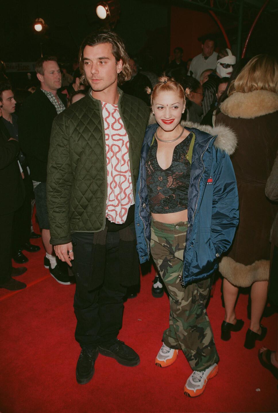 FRA 1997: Artist og 90-tallsikon Gwen Stefani rocket militærbuksa back in the days (og chunky sneakers, OG magetopp). Her med eksmannen Gavin Rotschild.