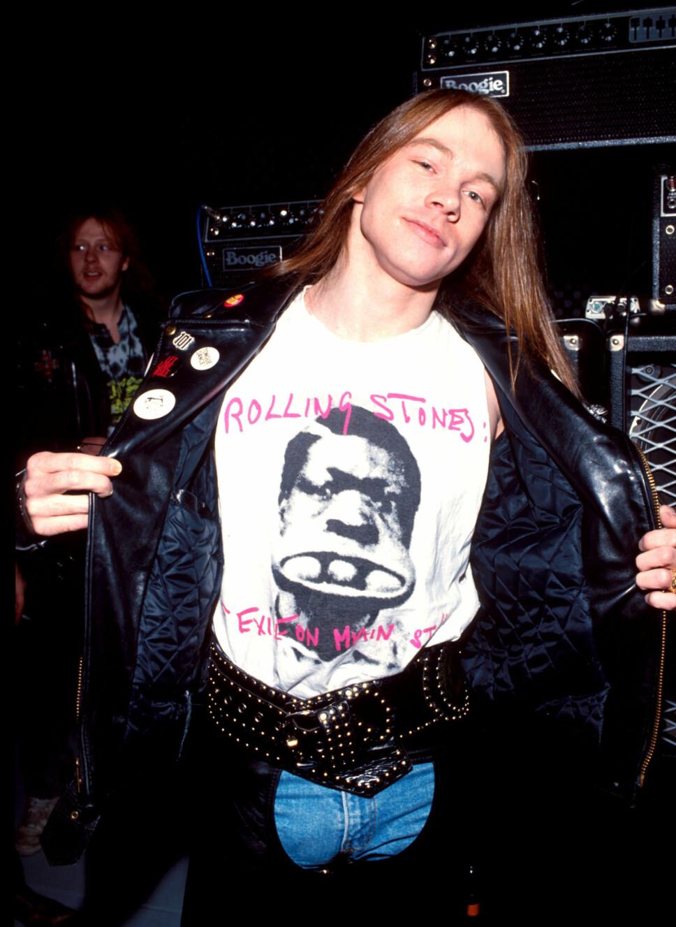 ROLLING STONES PÅ BRYSTET: Guns N' Roses-vokalist Axl Rose reklamerer for rockerkollegaene Rolling Stone på t-skjorten, fra omkring 1990.