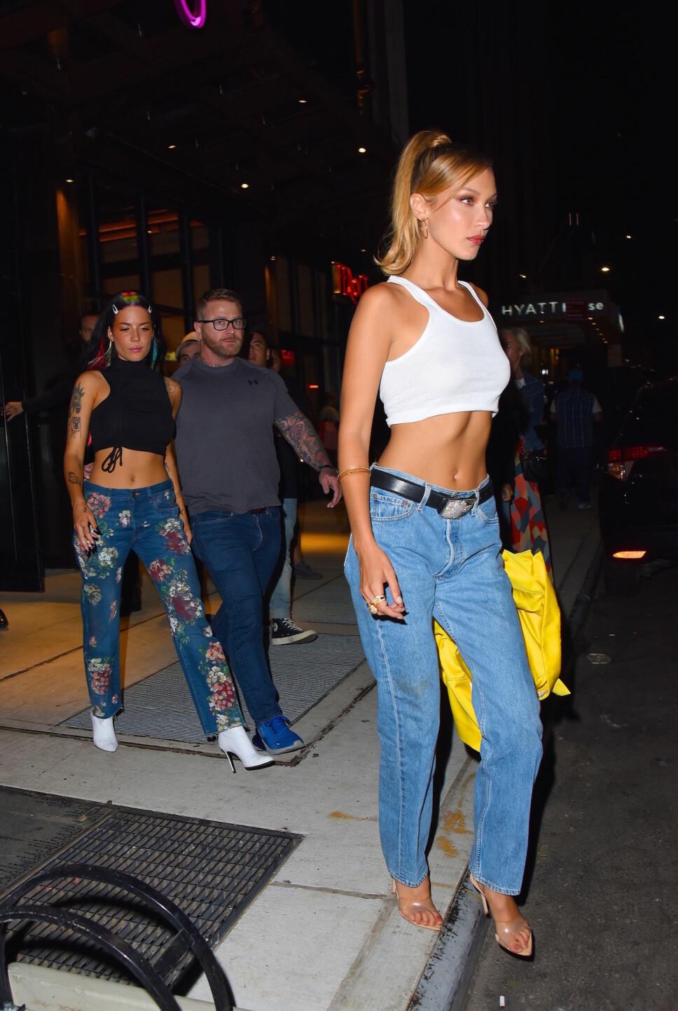 TRENDY: Supermodell Bella Hadid er stadig vekk å se i 501-jeansen eller lignende jeansmodeller. Her er hun i august 2019.