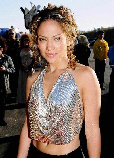 I 1998: Jennifer Lopez med iøyenfallende hårspenner. Legg også merke til den glitrende magetoppen.