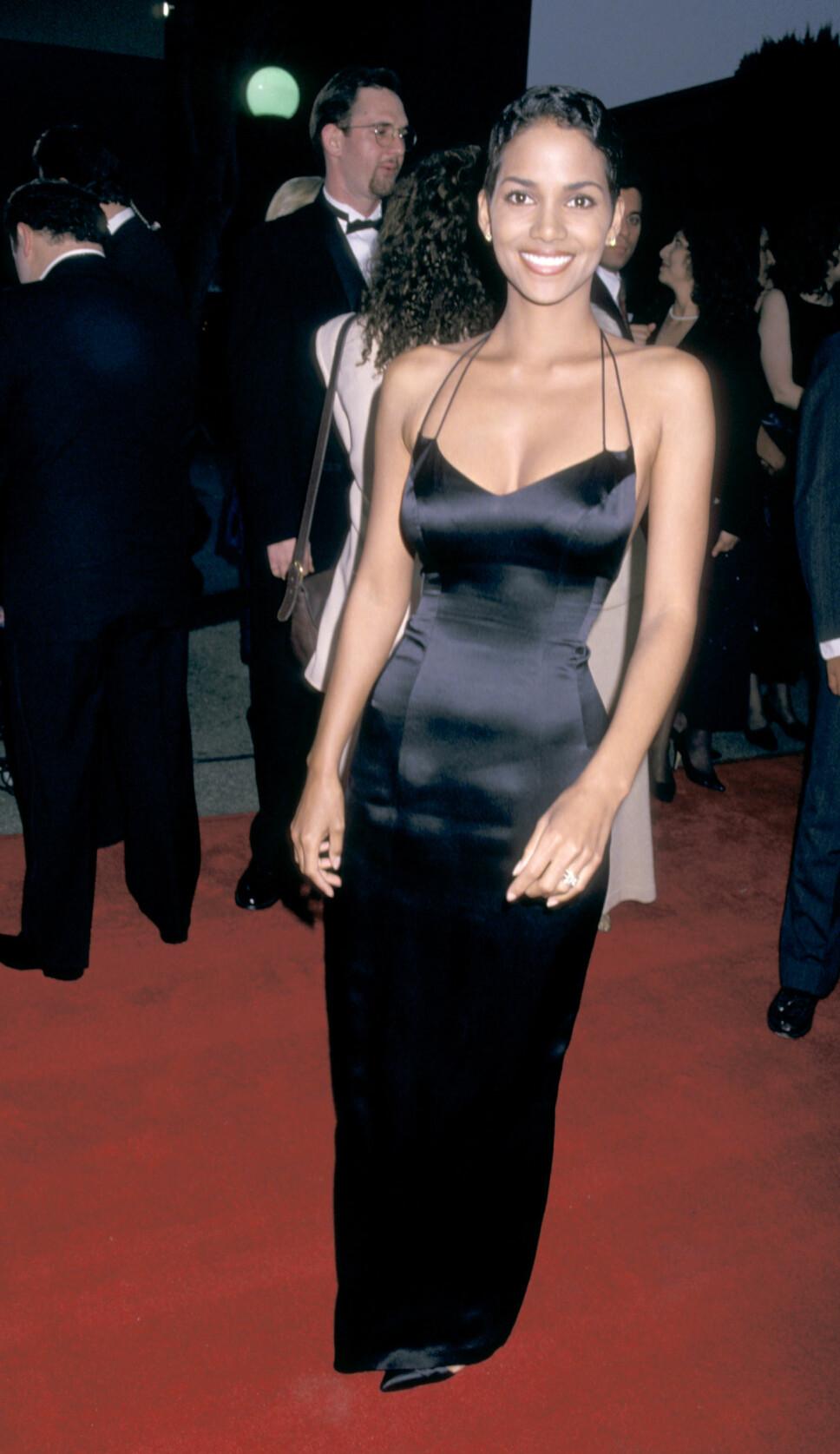 VAKKER: Halle Berry fikk mye oppmerksomhet for satengkjolen hun hadde på den røde løperen under Sag Awards i 1995.