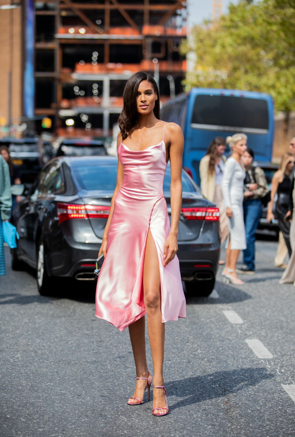 ROSA DRØM: Modell Cindy Bruna i en rosa satengkjole med spaghettistropper under New York Fashion Week, 9. september 2019.
