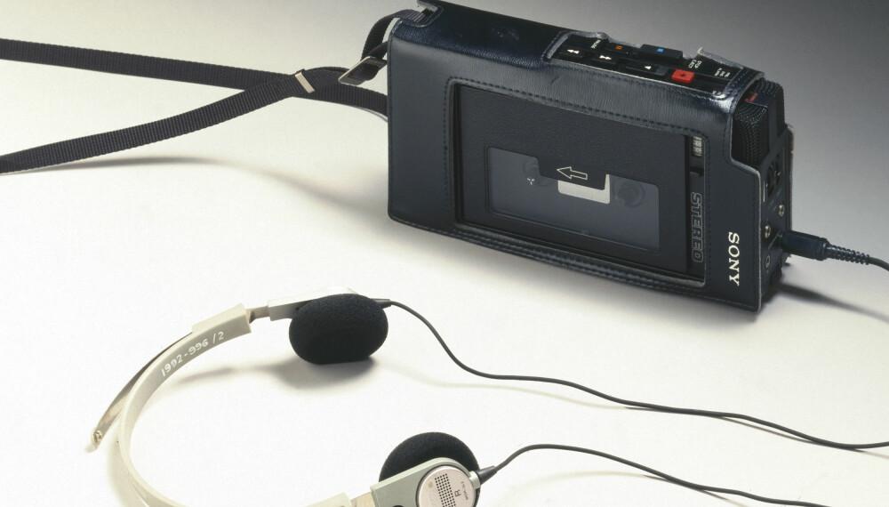 WALKMAN: Revolusjonerende for alle som ville høre musikk på farten. Her er den originale Walkman-modellen TCS 300, omkring 1980.