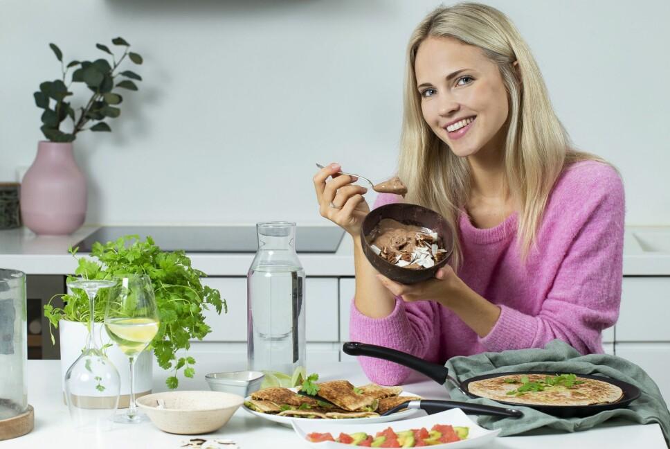 ELSKER KJØKKENET: – Jeg setter alltid av minst en time om dagen til å lage middag. Jeg elsker å lage mat, forteller den sprudlende Emilie Nereng.
