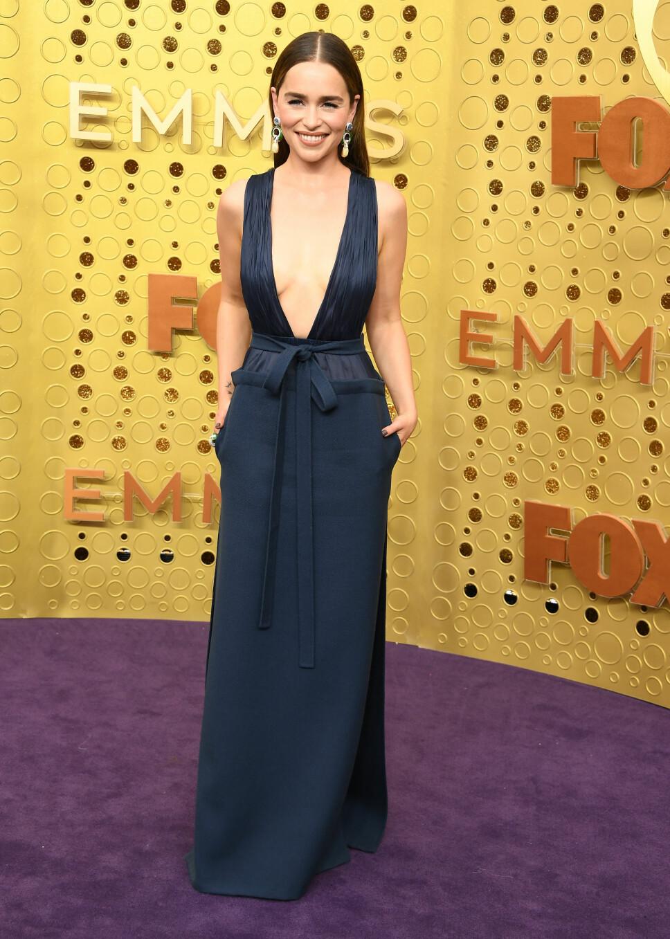 NY LOOK: Skuespiller Emilia Clarke serverte pressen en helt ny sveis, med lange mørke lokker. Hun var ikledd en mørkeblå kjole fra Valentino med dyp utrigning og store statementøredobber.