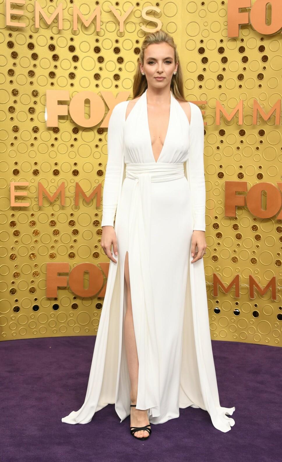 VAKKER I HVITT: «Killing Eve»-stjerne Jodie Comer var slående vakker i en hvit kjole med dyp utrigning fra Tom Ford. Comer vant også pris for rollen sin som Villanelle i den populære serien.