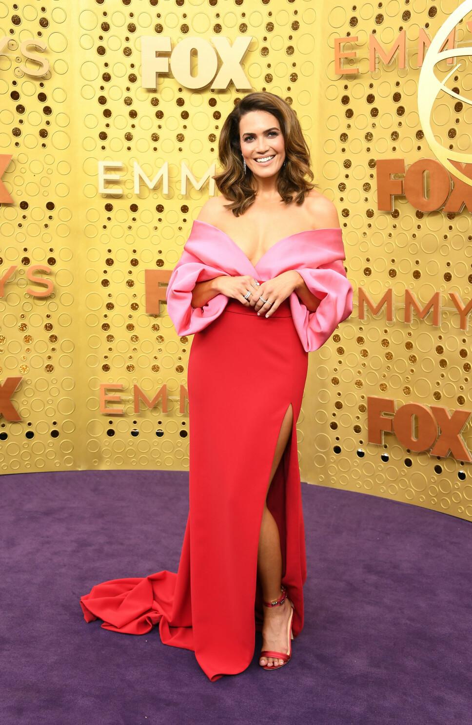 ROSA OG RØDT: Mandy Moore kombinerte rosa og rødt i et antrekk fra Brandon Maxwell bestående av bluse og skjørt.