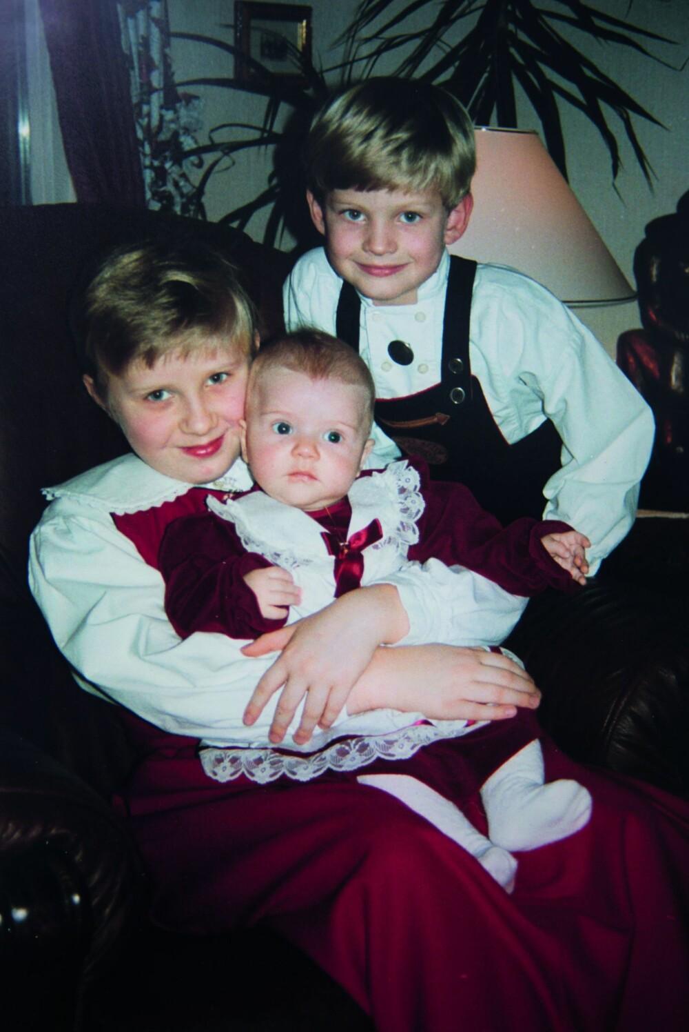 ATTPÅKLATTEN: Denne lille tulla ble fra første stund omfavnet av sine storesøsken, åtte år eldre Annika og seks år eldre Jarle.