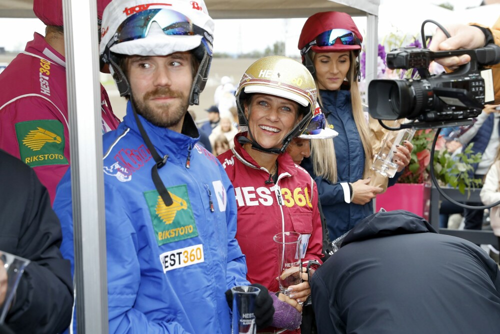 I ROJALT SELSKAP: Her er Stian fotografert sammen med prinsesse Märtha Louise. I bakgrunnen er Camilla Andersen, kjent som Treningsfrue. Hun gikk av med seieren i løpet.