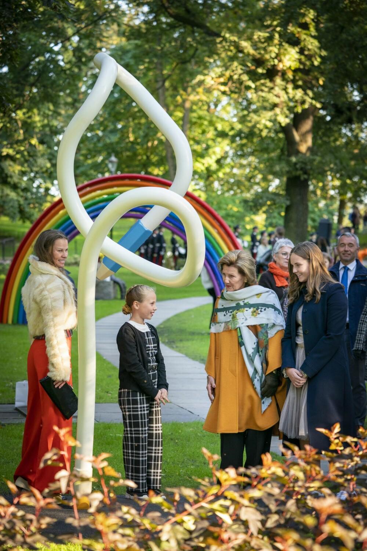 <b>                        FIKK ROS:</b> De to kongelige var imponerte over skulpturen «Tallblyant på rømmen» som er laget etter en tegningtil femteklassingen Lise Margrethe Kjernvold fra Vaulen skole i Stavanger.