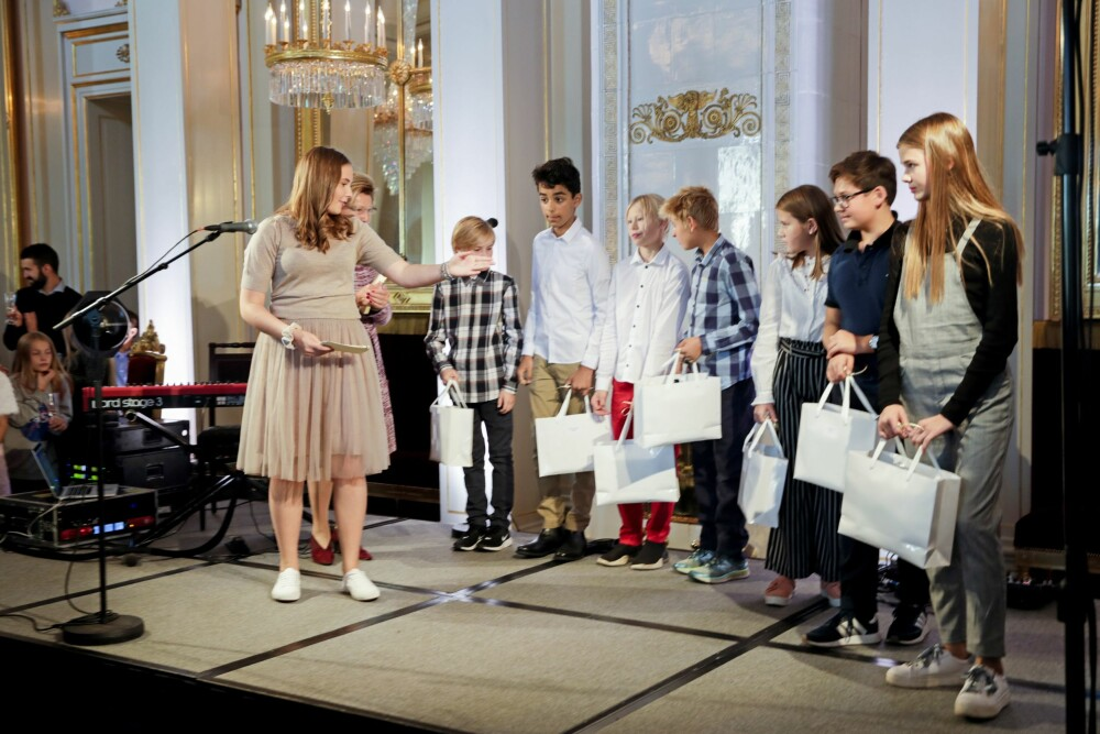 HEDRET VINNERNE: Prinsesse Ingrid Alexandra delte ut en helt spesiell oppmerksomhet til de elevene som har sørget for at hennes skulpturpark er blitt en realitet.