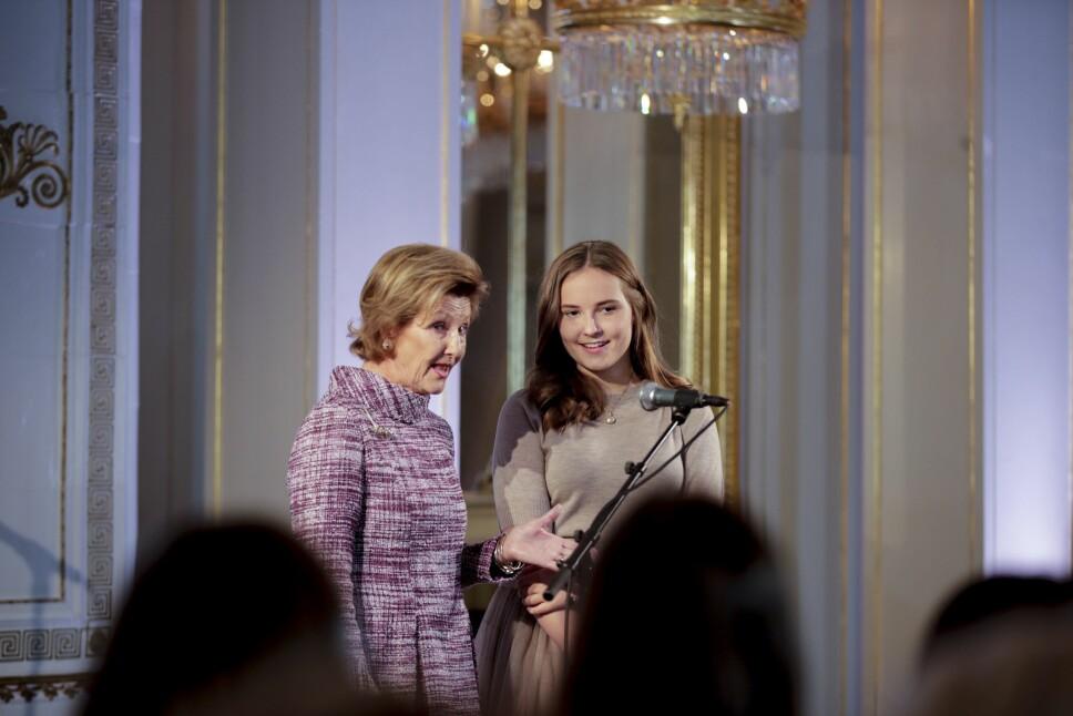 SERVERTE SAFT OG BOLLER: Dronning Sonja og prinsesse Ingrid Alexandra sørget for at 180 skoleelever fikk en uforglemmelig ettermiddag på Det kongelige slott.