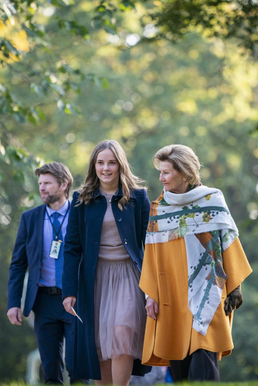 I STRÅLENDE  HUMØR: Prinsesse Ingrid Alexandra og dronning Sonja var begge både stolte og glade over at prinsessens skulpturpark nå er ferdigstilt.