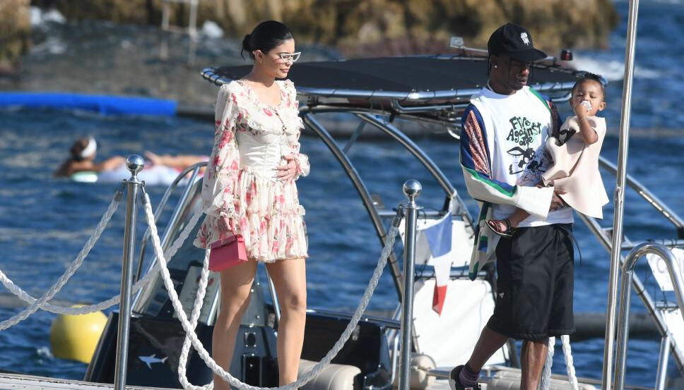 PÅ BURSDAGSTUR: Kylie Jenner og Travis Scott med datteren Stormi i august.
