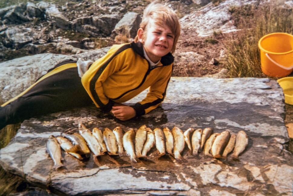 TYVFISKE: Leif Einar lærte seg tidlig å jakte, fiske og overleve. Her har han tyvfisket fjellørret med line.