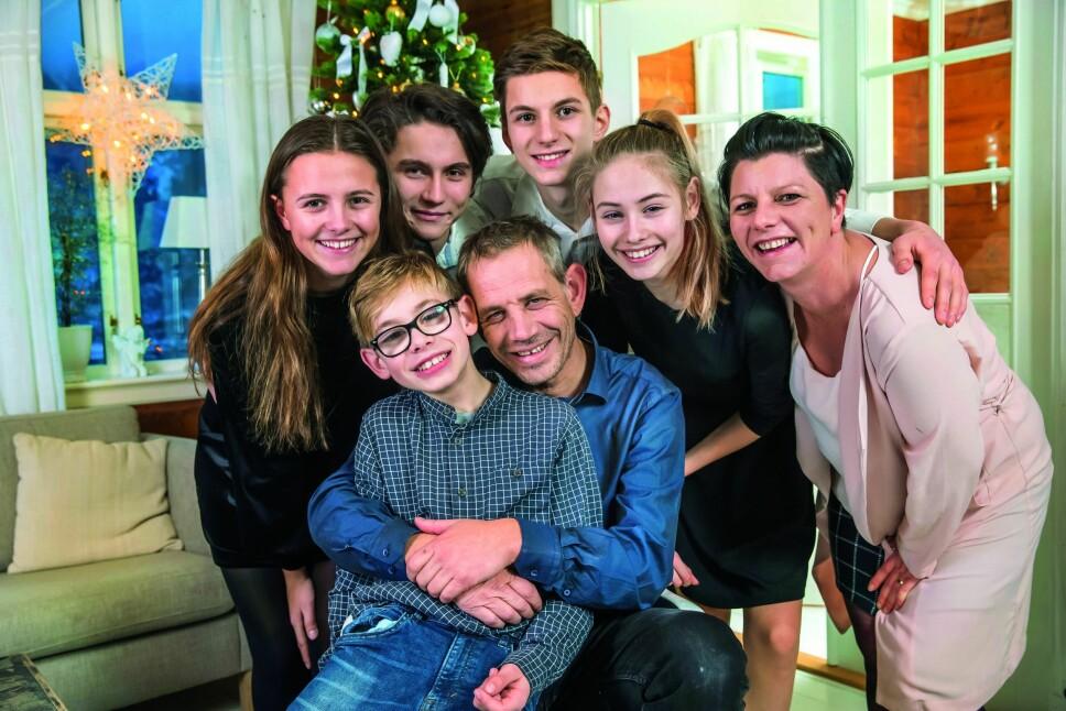 STORFAMILIE: Julianne, Martin, Kristian, Ida, Randi og Lothepus med yngstemann Vetle på fanget. Stian er ikke med på bildet.