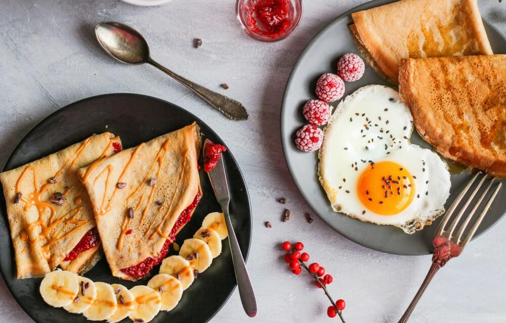 MANGE VARIANTER: Egg kan spises i utallige varianter, som her ved siden av pannekaker.