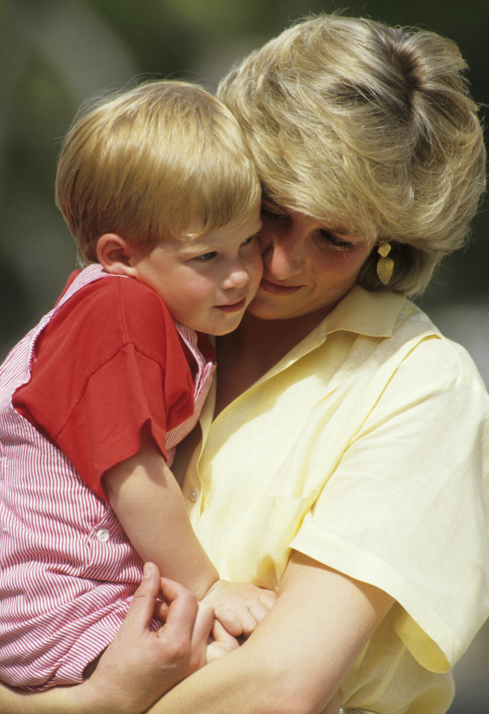 NÆRT FORHOLD: Prinsesse Diana uttalte før hun døde at hun følte at hun alltid måtte gi litt ekstra kjærlighet til yngstesønnen, prins Harry. Det førte til et ekstremt nært bånd mellom mor og sønn.