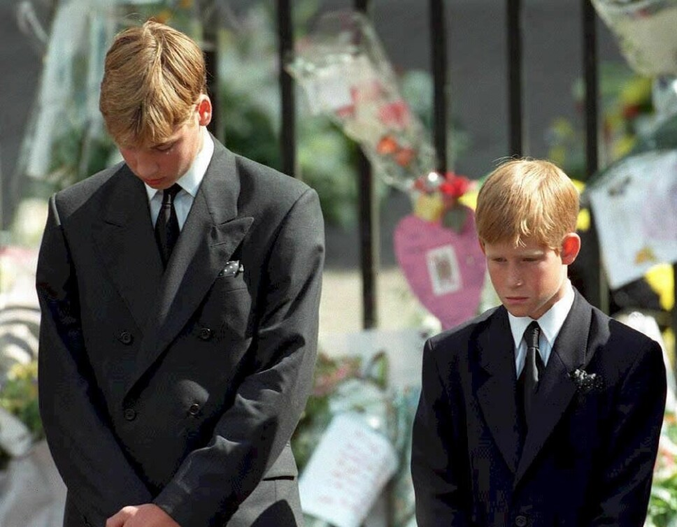 I SORG: Prins Harry var bare 12 år gammel da mamma Diana døde. Her er han sammen med storebror prins William under morens begravelse i september 1997.