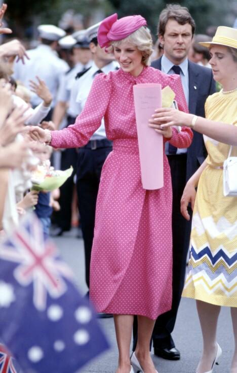 1983: Prinsesse Diana var kledd i rosa da hun hilste på fremmøtte fans utenfor Fremantle Hospital i Perth under Australia-reisen i 1983.