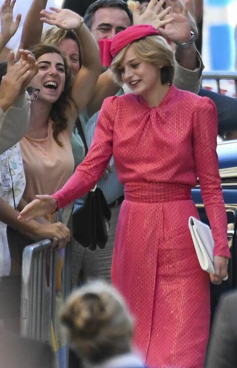 2019: Emma Corrin var nesten en tro kopi av avdøde Diana da hun viste seg i den rosa kjolen under innspillingen av «The Crown» i Spania.