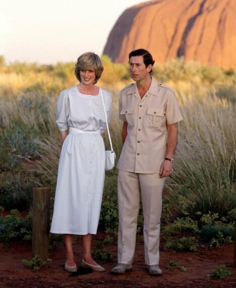 1983: Her står prinsesse Diana og prins Charles foran Uluru i Australia i 1983. 9 måneder gamle prins William var også med på denne turen «down under».
