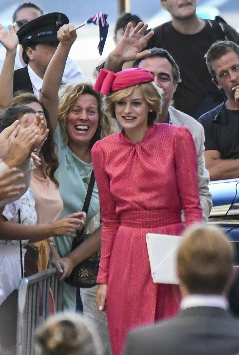 INNSPILLINGEN: Emma Corrin i rollen som prinsesse Diana under innspillingen av «The Crown» sesong fire. Scenen er fra da prinsesse Diana hilste på fremmøtte fans utenfor Fremantle Hospital i Perth under Australia-reisen i 1983.