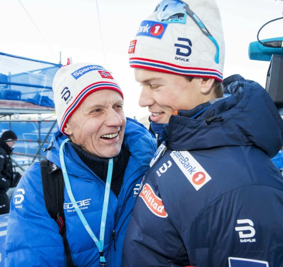 GOD STØTTE: Som både trener og morfar har Kåre fått et helt spesielt forhold til barnebarnet. Her er de sammen under Tour de Ski i januar.